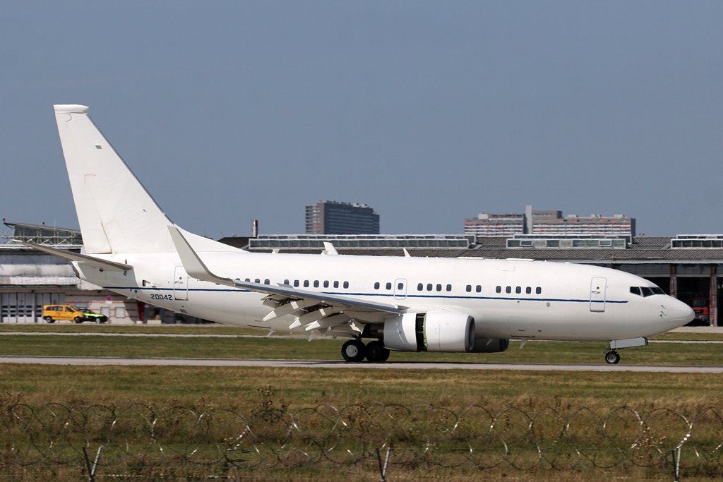 02-0042  Boeing C-40B  US Air Force (USAF).JPG